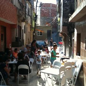 Ruas seguras para crianças brincarem e utilizadas por pedestres e comerciantes fazem parte da tradição das favelas cariocas